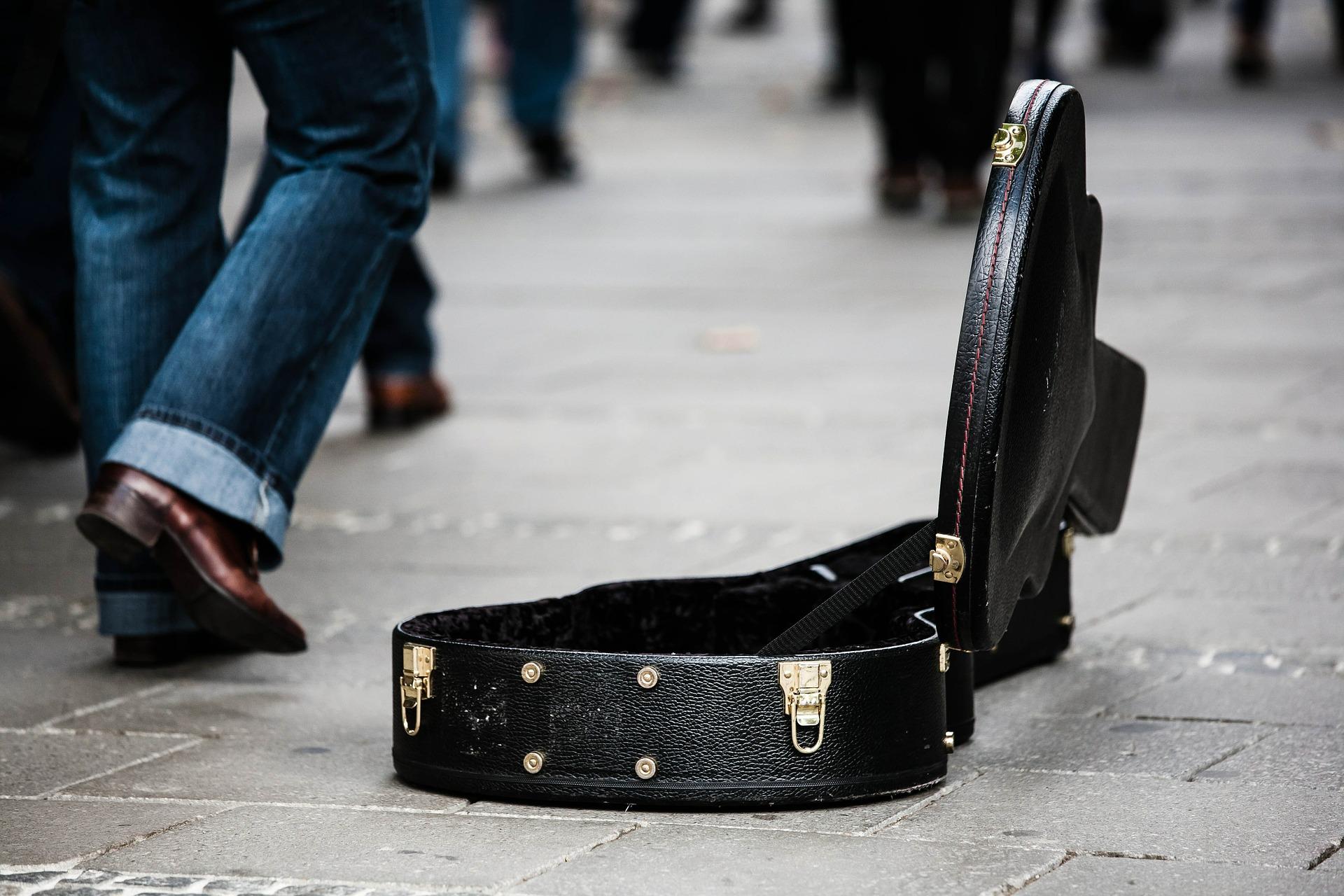 Aufgeklappter Gitarrenkoffer